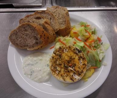 Valentýnské menu-grilovaný hermelín s bagetou, ledový salát s patizonem a mrkví, domácí česneková omáčka
