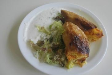 Paprika plněná jáhlami, goudou a mrkví, mix listových salátů, česnekový domácí dresink - bezlepkové